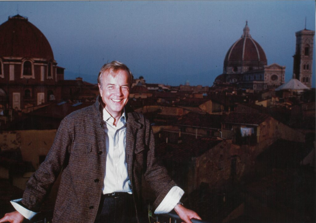 Franco Zeffirelli con i monumenti e i tetti di Firenze alle spalle