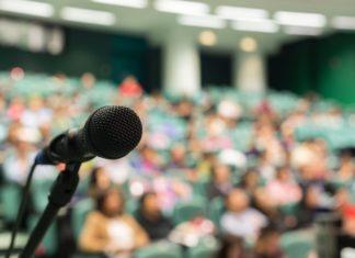 Un microfono davanti a una platea