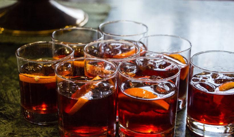 Bicchieri con il cocktail Negroni