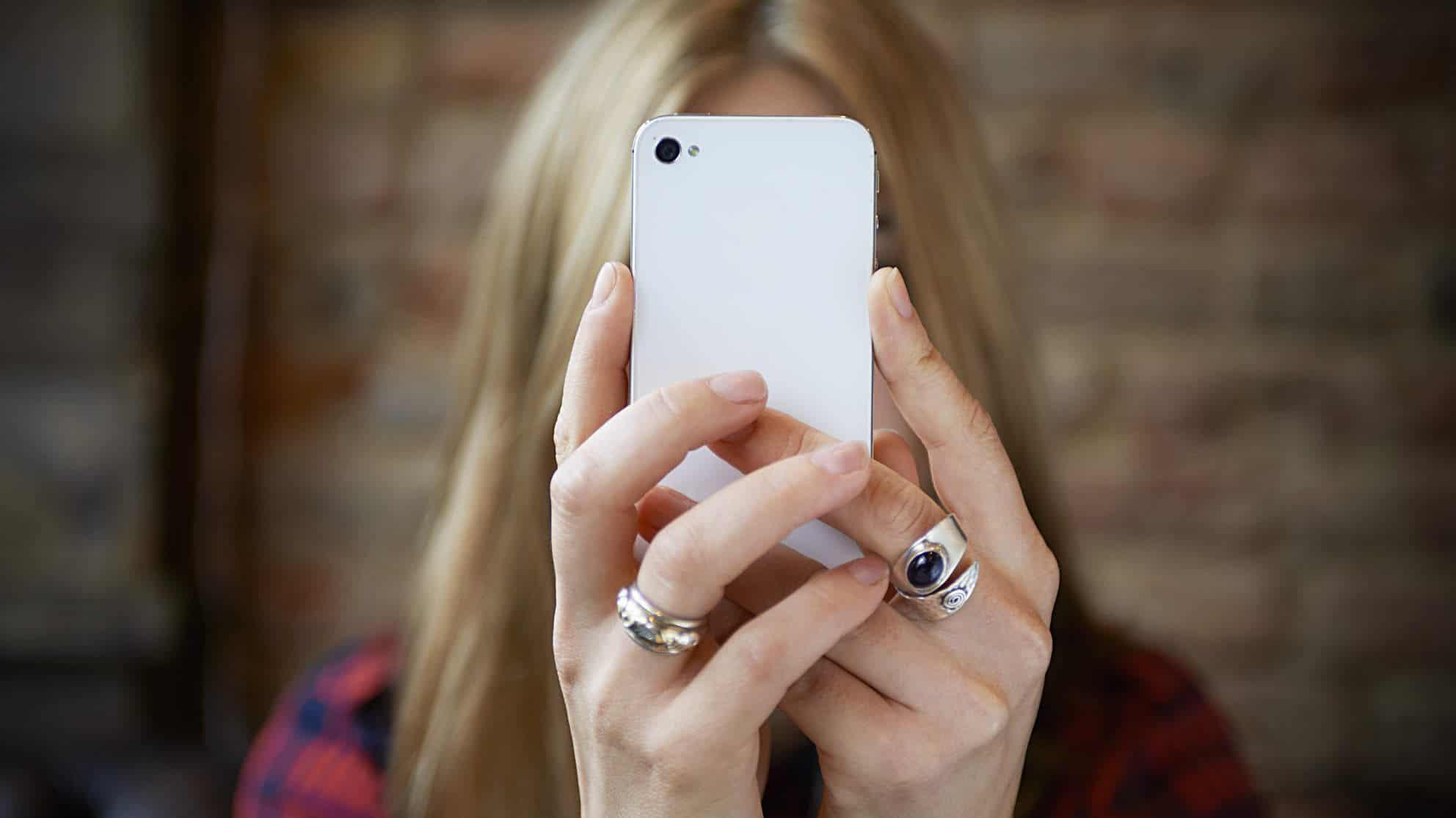 Ragazza con lo smartphone