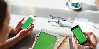 Studenti con tablet e smartphone