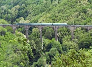 Un treno sulla ferrovia porrettana