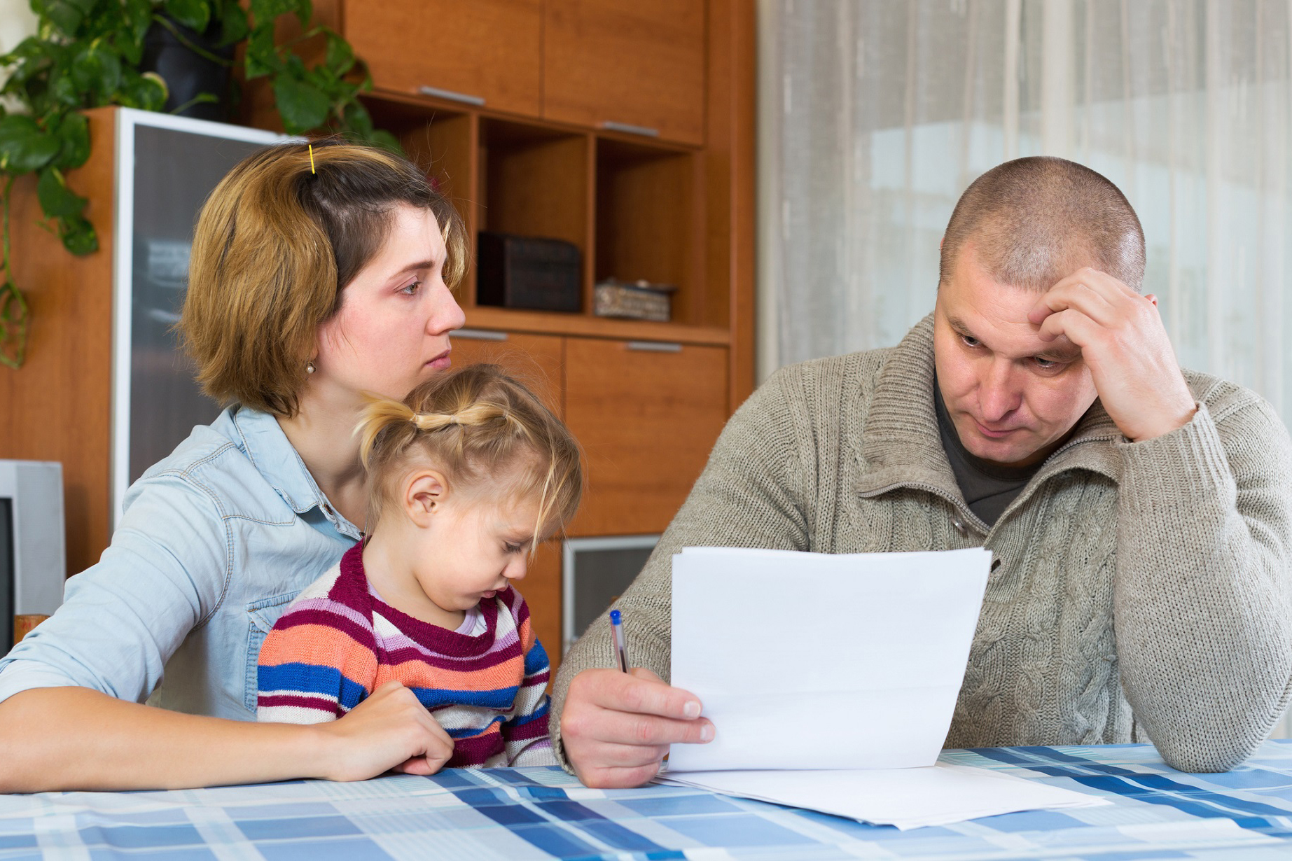 Famiglia alla presa con i conti da pagare