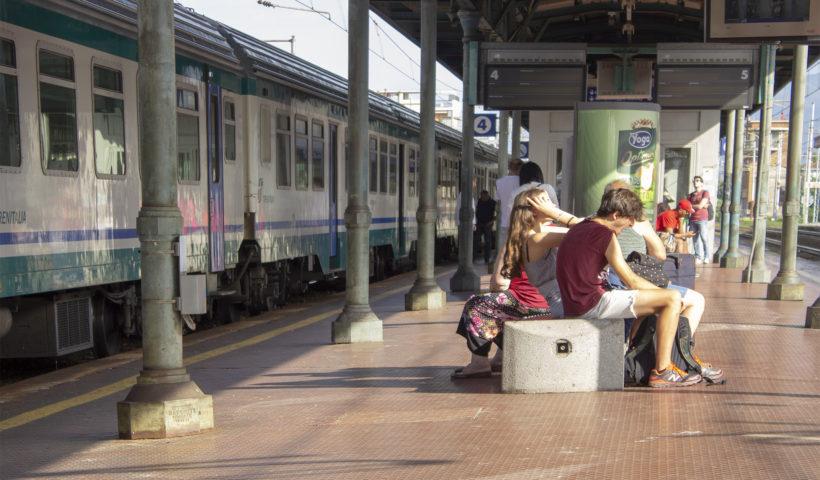 Passeggeri in attesa alla stazione di Prato