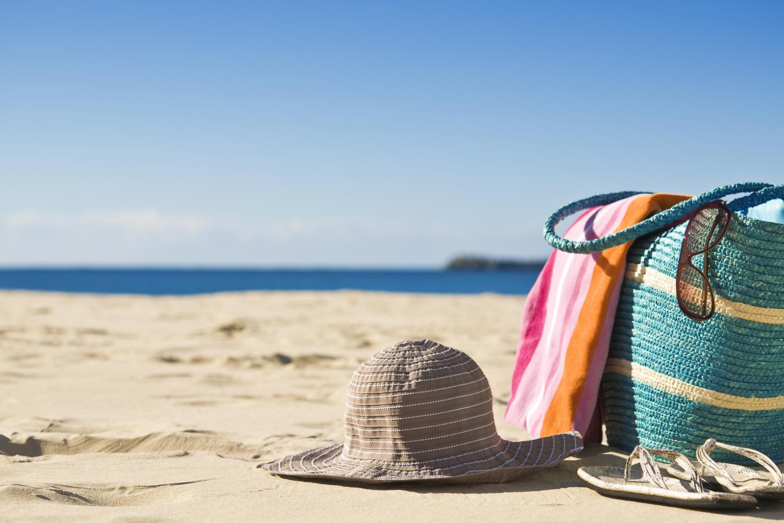 Borsa e cappello sulla spiaggia