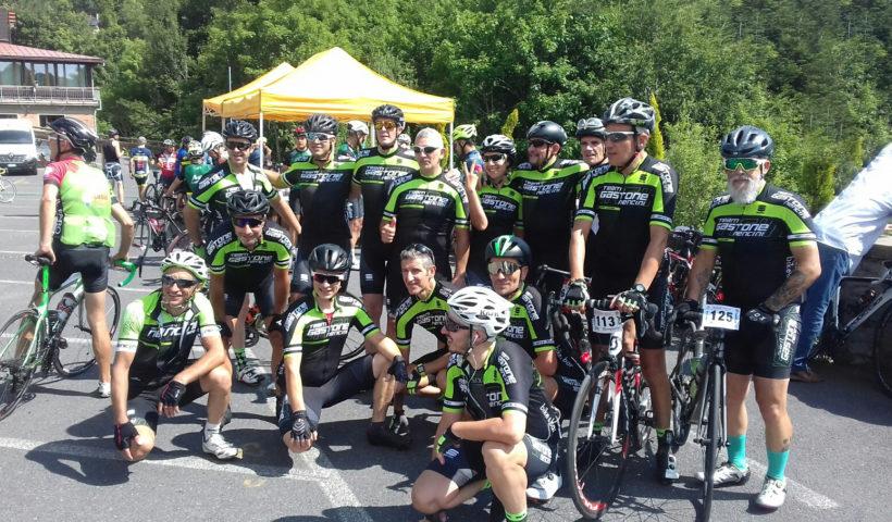 Il Team Gastone Nencini in posa sul traguardo dell'Abetone