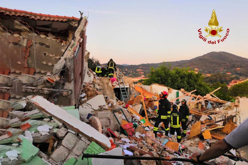 Vigili del fuoco a Elba crollo palazzina