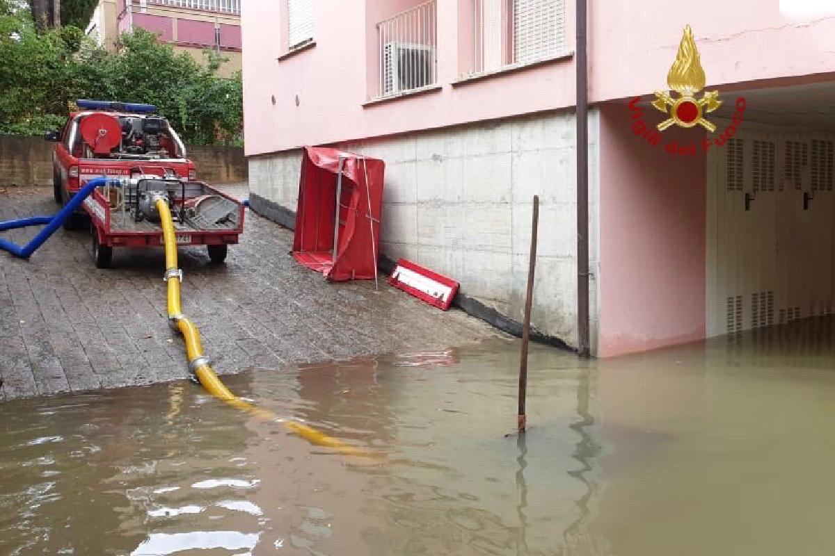 Vigili del fuoco ad Arezzo scantinati allagati