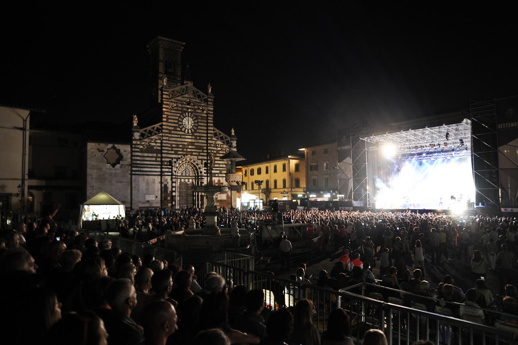 Pubblico a un concerto in piazza Duomo