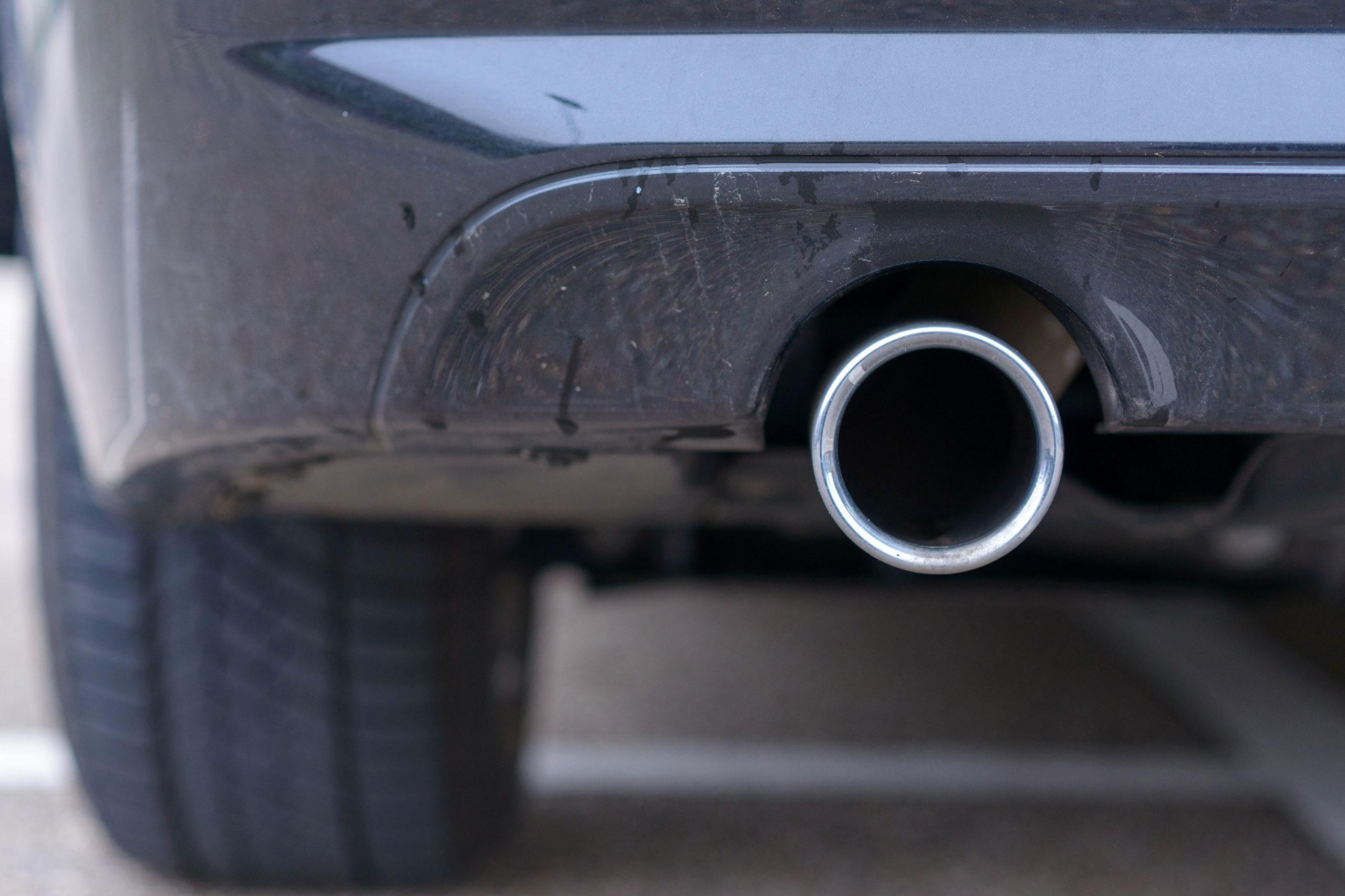 Tubo di scarico di un'auto
