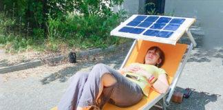 Lettino con pannello solare carica smartphone
