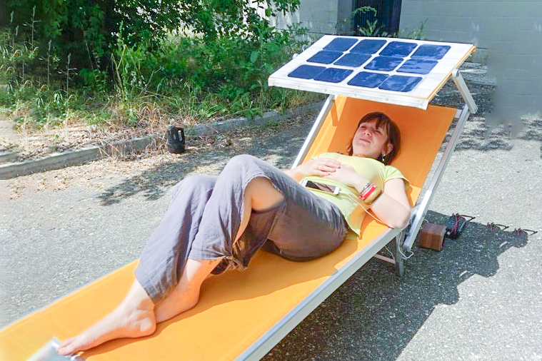 Sole Sotto L Ombrellone.Lo Smartphone Si Ricarica Al Sole Sotto L Ombrellone