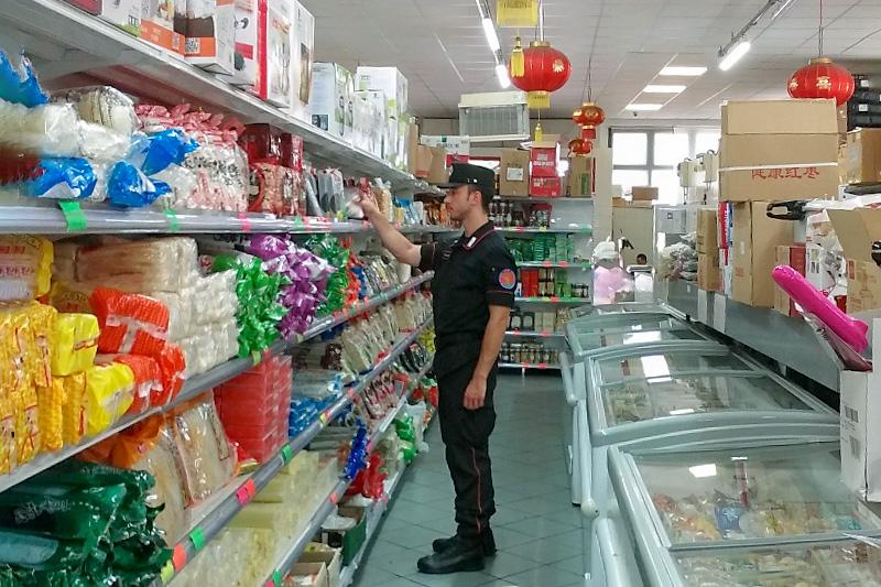 Supermercato cinese ispezione carabinieri
