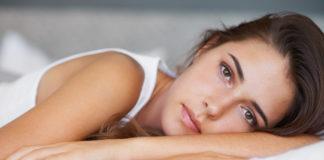 Una bella ragazza stesa a letto