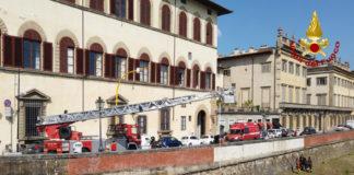 Le operazioni di salvataggio dell'uomo scivolato in Arno
