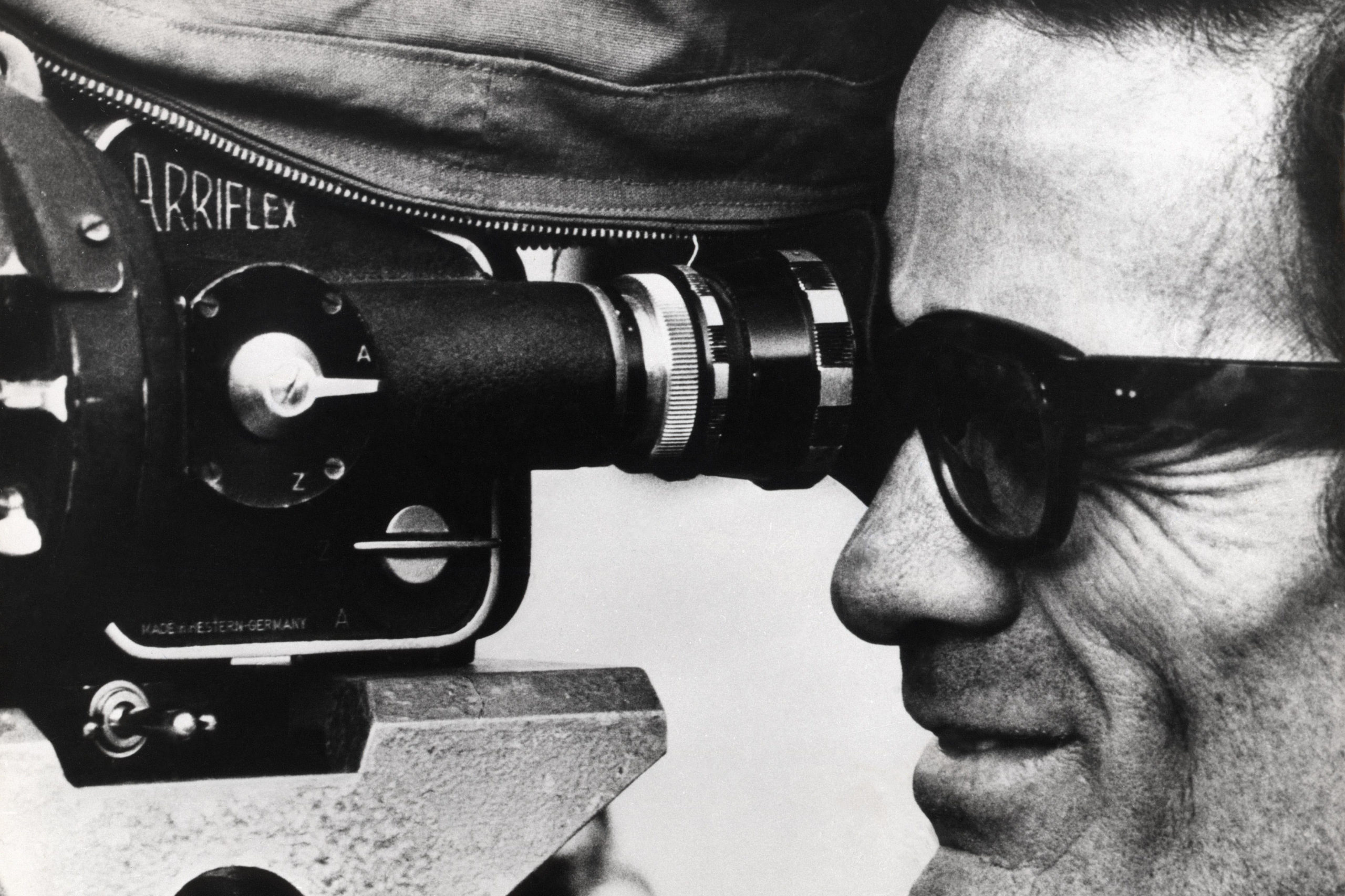 EJ24MJ Uccellacci e uccellini The Hawks and the Sparrows Year : 1966 Italy Director : Pier Paolo Pasolini Pier Paolo Pasolini Shooting picture. Image shot 1966. Exact date unknown.