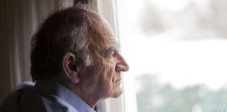 Un anziano malato di alzheimer