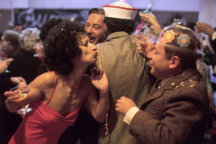 Una scena del film Fantozzi con la festa di capodanno