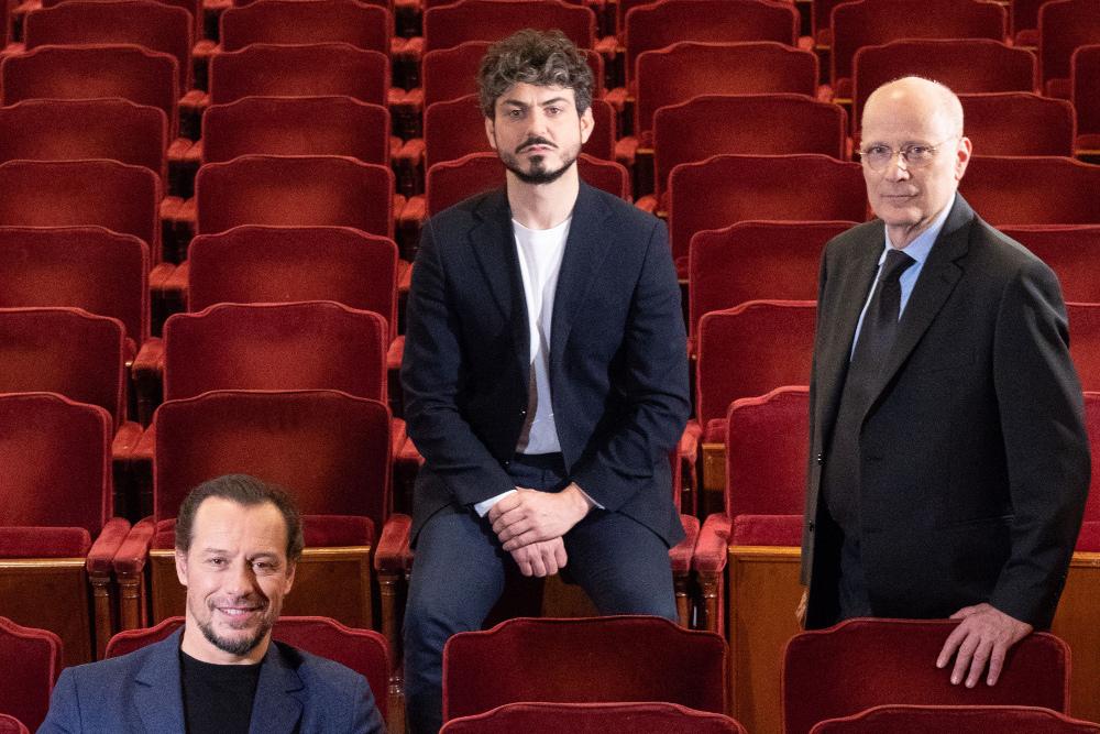 Stefano Accorsi con i vertici della fondazione teatro della toscana