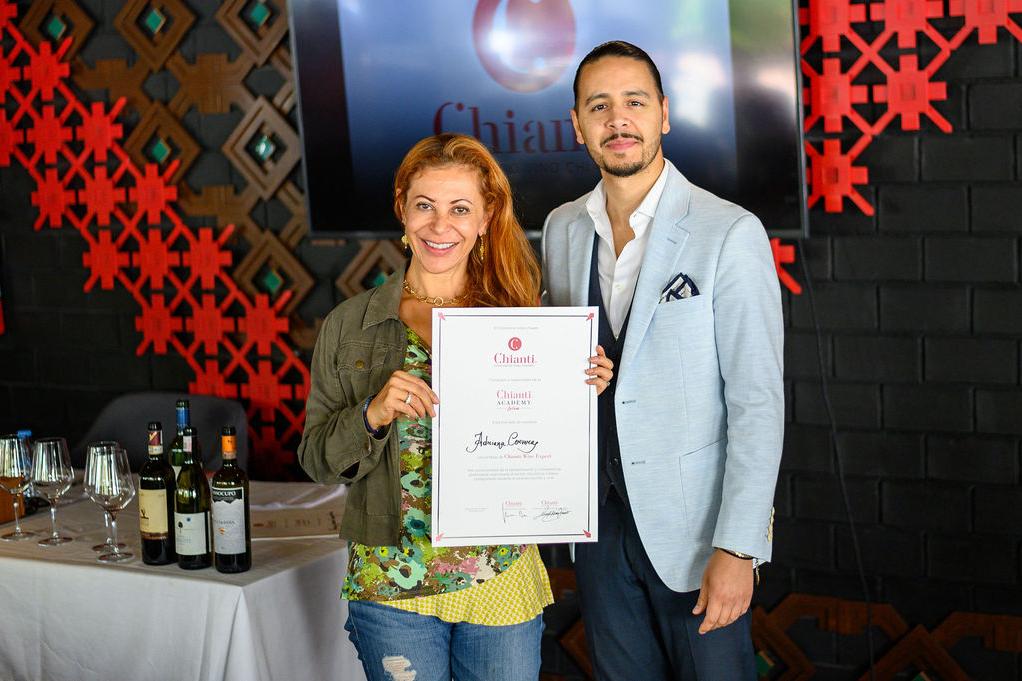 Una studentessa sudamericana riceve il diploma del vino Chianti