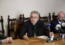 Il vescovo Giovanni Nerbini in conferenza stampa