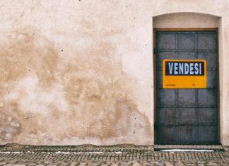 Porta di casa con cartello vendesi