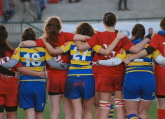 Ragazze rugby di spalle