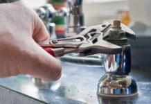 Idraulico e rubinetto acqua