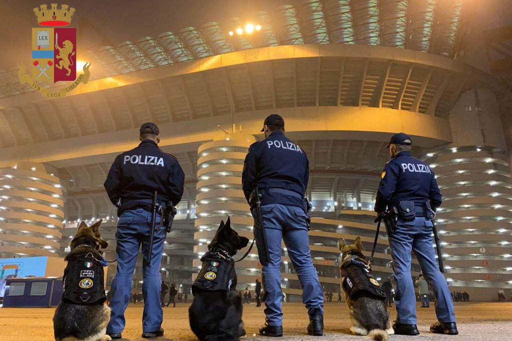 Polizia con cani allo stadio di San Siro a Milano