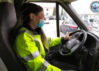 Una giovane autista al volante dell'ambulanza veterinaria