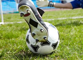 Piede di un calciatore al momento del tiro in porta