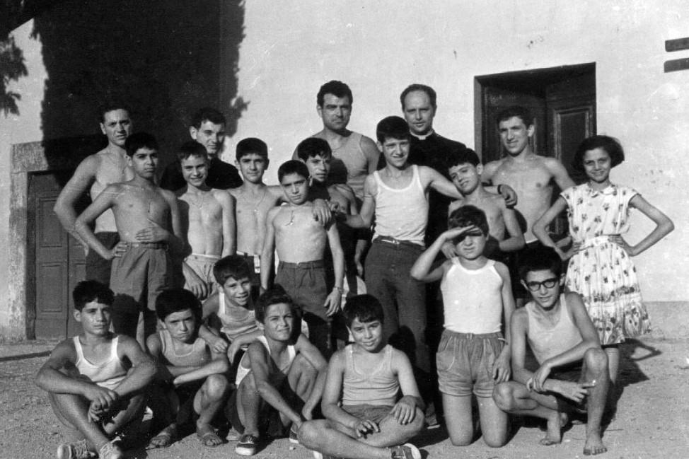 Ezio Palombo con Don Milani, sulla sinistra alle spalle dei ragazzi