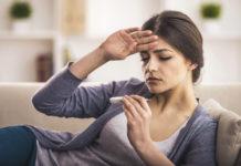 Giovane donna si misura la febbre