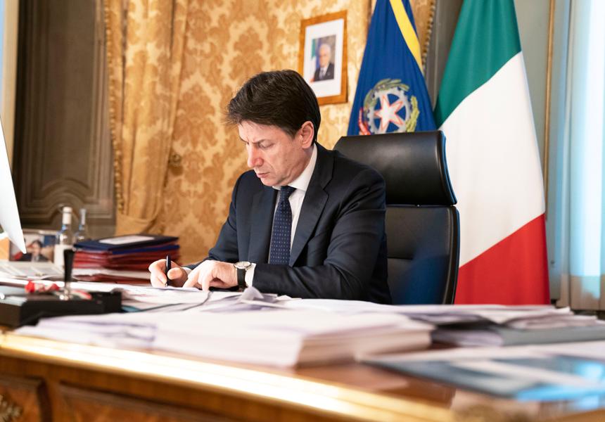 Giuseppe Conte firma il decreto del 22 marzo
