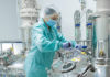 Un'operatrice in un laboratorio di ricerca farmaceutica