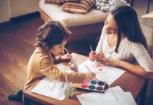 Mamma e bambino giocano con i colori
