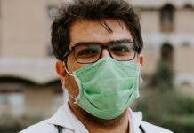 Medico con la mascherina