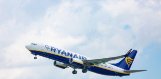 Un aereo della Ryanair in fase di decollo