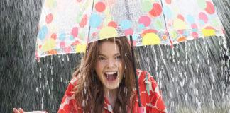 Ragazza sotto ombrello con pioggia