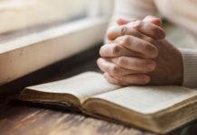 Una donna legge la bibbia