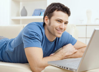 Giovane uomo al computer