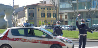 Due agenti della polizia municipale di Prato nel corso di un controllo Covid-19