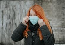Ragazza con mascherina chirurgica