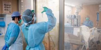 Sanitari intorno a un letto di terapia intensiva