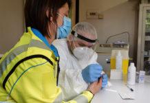 Una volontaria della Misericordia si sottopone al test sierologico a Poggio a Caiano