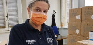 Una volontaria imbusta le mascherine