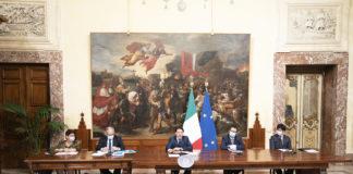Il premier Conte e i ministri Bellanova, Bonafede, Gualtieri e Speranza durante la conferenza stampa per illustrare il decreto rilancio