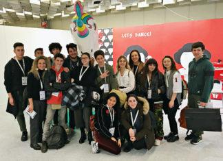 Un gruppo di studenti che hanno partecipato al concorso The Sign di Maredamare