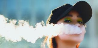 Ragazza avvolta dal fumo