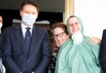 Silvia Romano con il premier Giuseppe Conte al suo sbarco a Ciampino, dietro la madre della ragazza (foto presidenza del consiglio dei ministri)